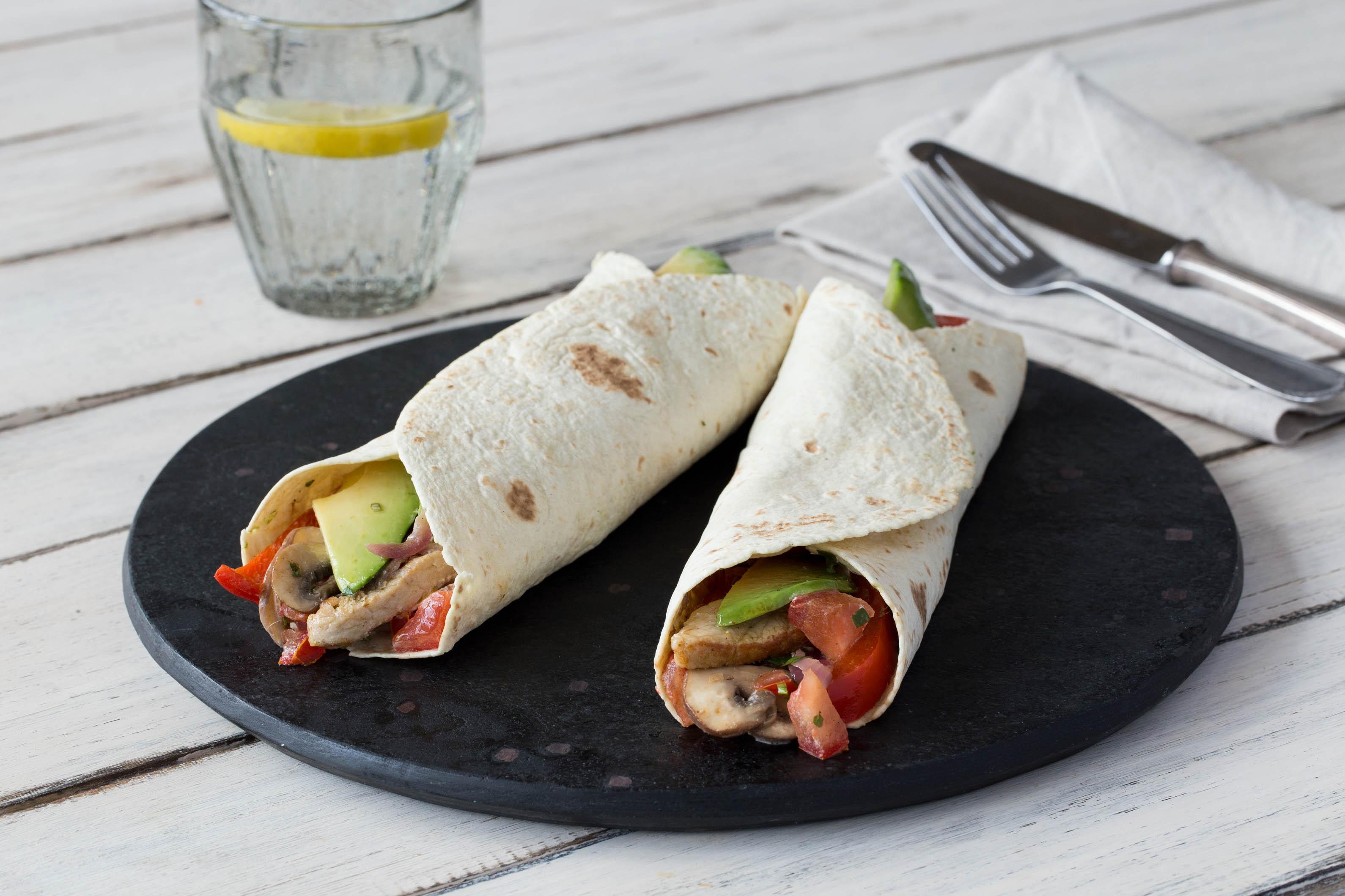 Pikant gefüllte Schweinefleisch-Wraps mit Avocado und Tomaten-Koriander-Chutney
