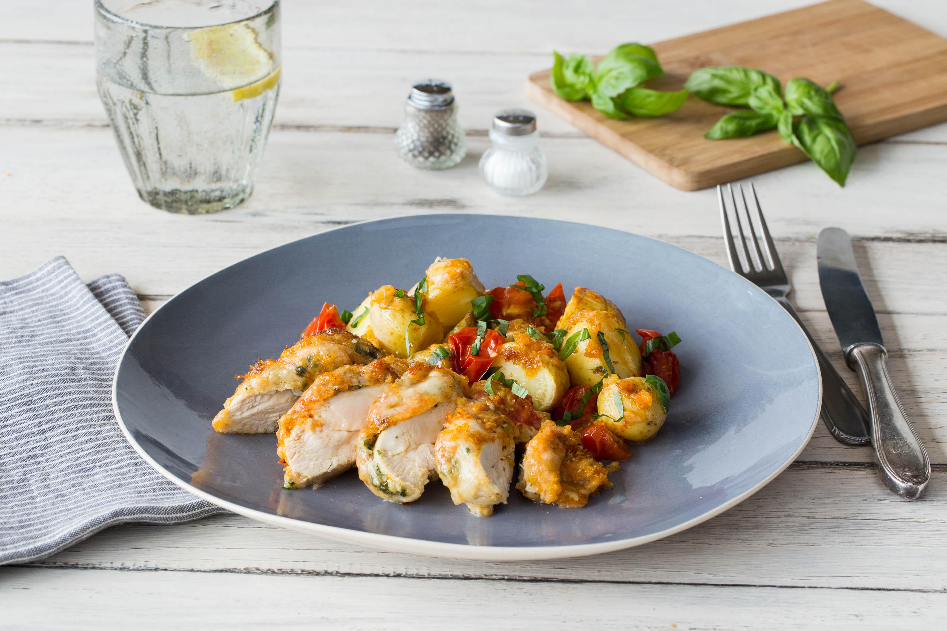 Krosse Hähnchenbrust mit Basilikum-Mandelcreme mit im Ofen geschmorten Kirschtomaten und Drillingen