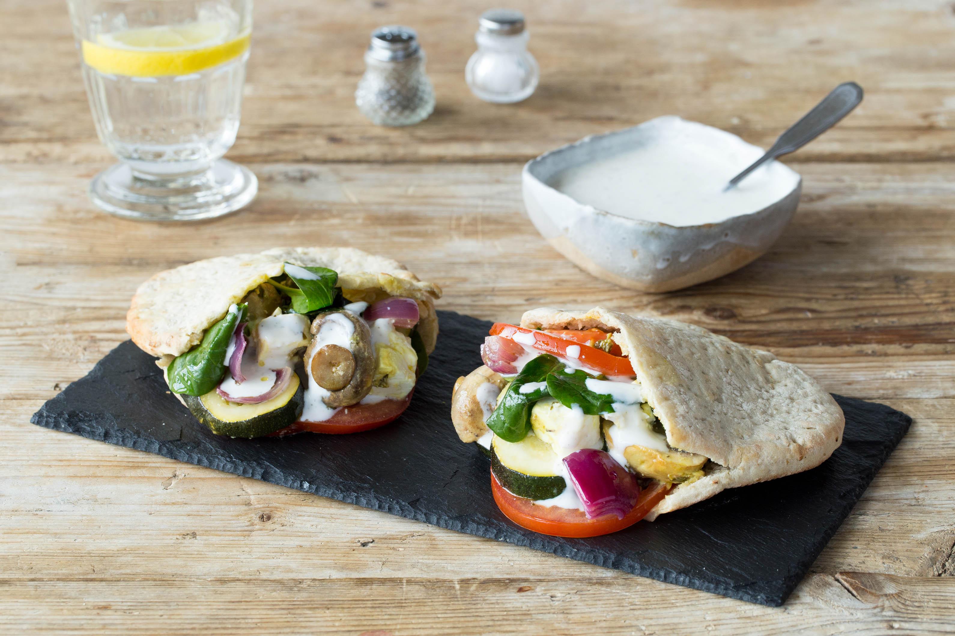 Veggie-Kebabs mit marinierten Gemüse-Feta-Spießen und Knoblauch-Kumin-Kefirsoße