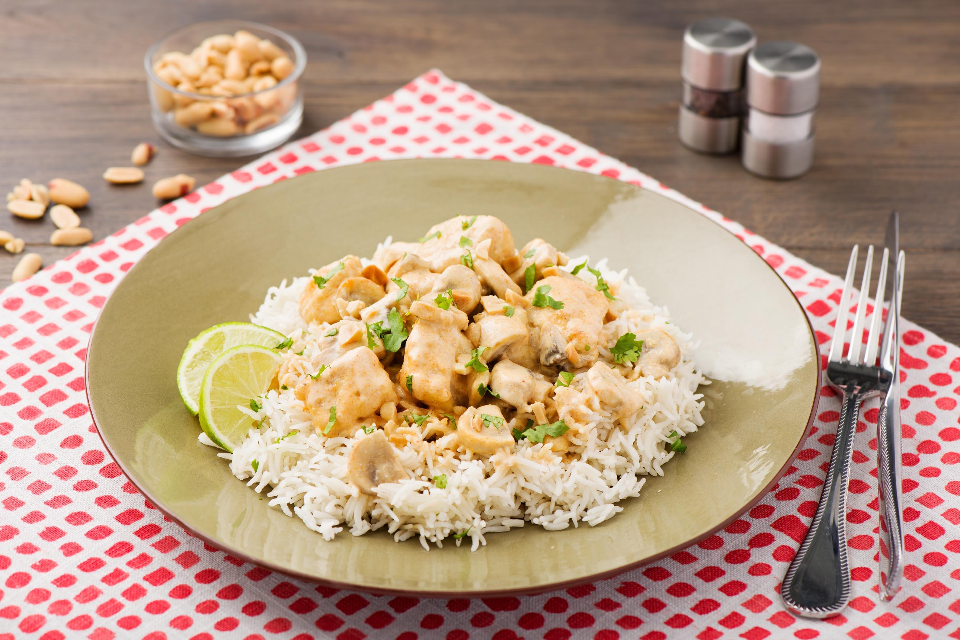 Cremiges Putenbrust-Thai-Curry mit lockerem Basmatireis und Koriander