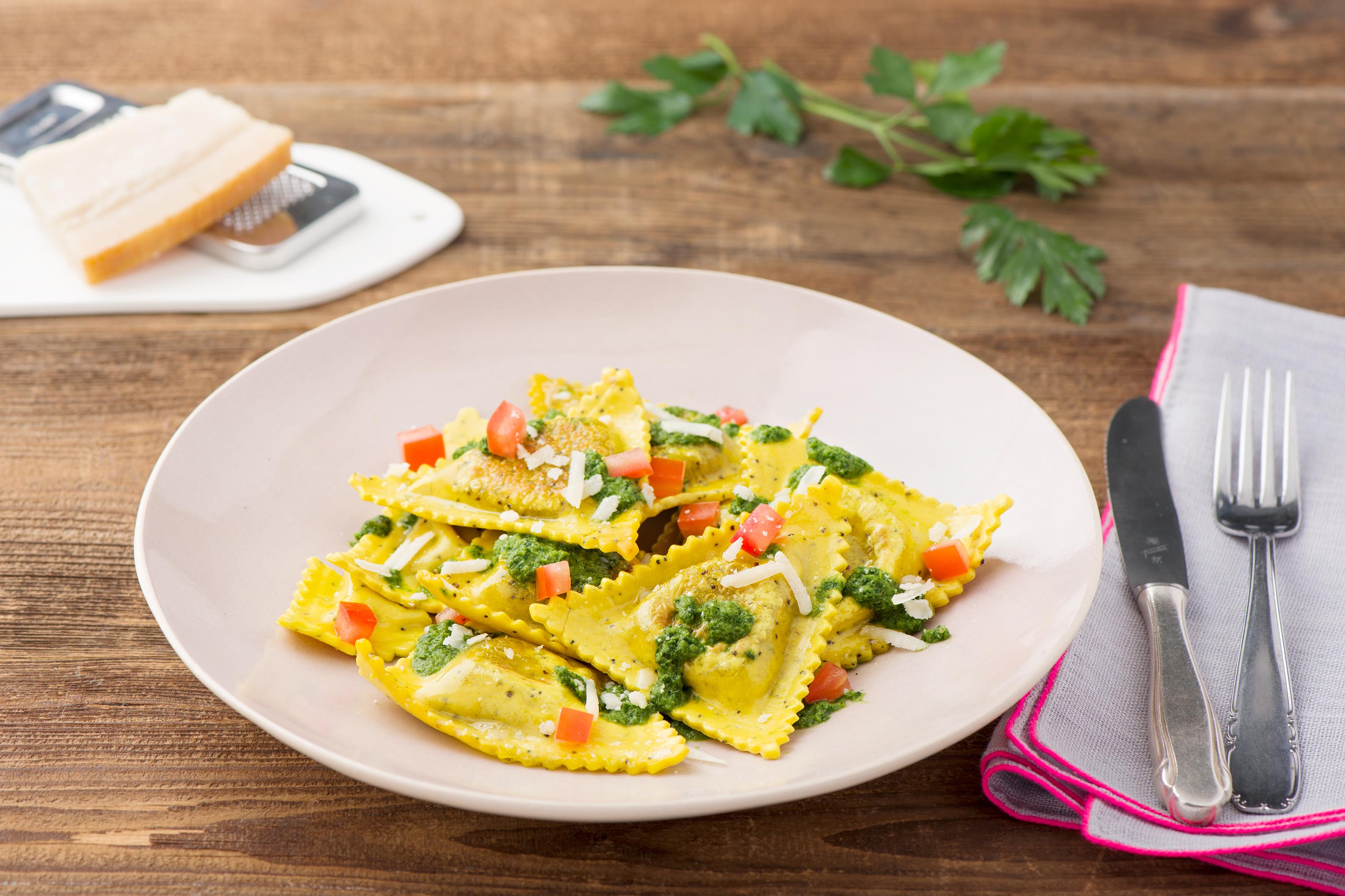 Lecker gefüllte Triangoli mit würziger Chimichurri-Soße Tomatenwürfeln und Parmesan