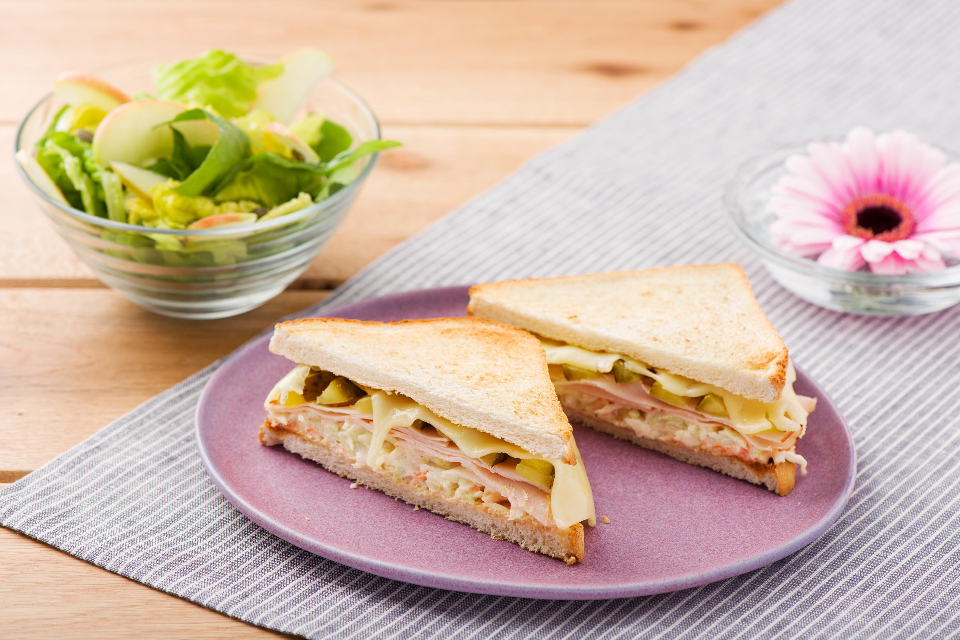 Amerikanisches Reuben-Sandwich mit Putenbrust, Coleslaw und knackigem Salat