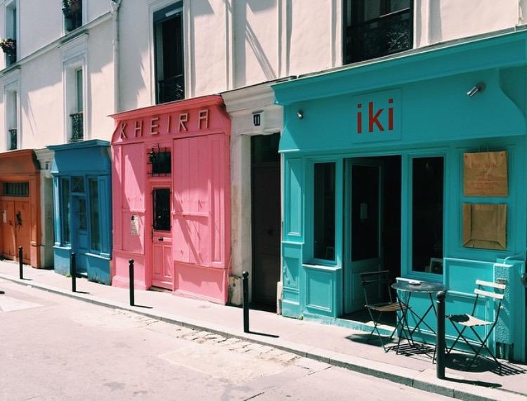 rue parisienne colorée