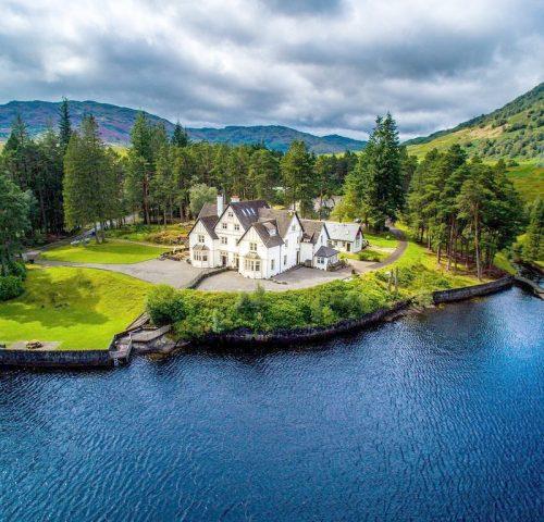 Lochside-Cottage-Loch-Lomond-credit-Holidu-