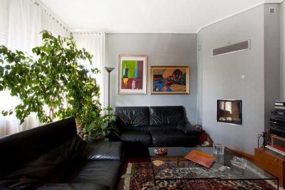 Il divano a due posti e le due poltrone in pelle nera sono davvero comodi... e poi guardare il fuoco del caminetto è veramente piacevole.