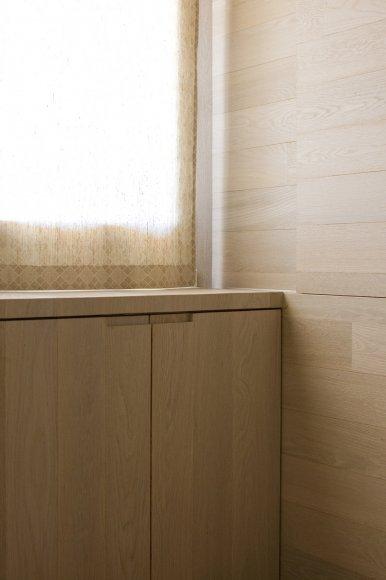 Il lavoro realizzato all'interno di questa abitazione è il totale rivestimento con tavole di legno di rovere sbiancato, utilizzate per il pavimento, le pareti e il soffitto. Sotto la finestra a nastro è stata realizzata una cassapanca; il divisorio tra il soggiorno e la camera da letto è un mobile con ante scorrevoli.
