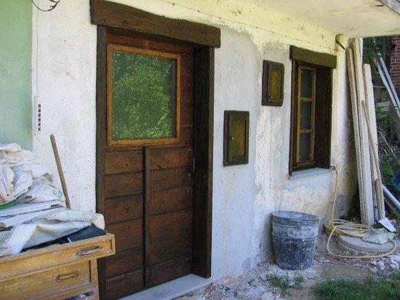 Il portone restaurato visto dall'esterno della casa.