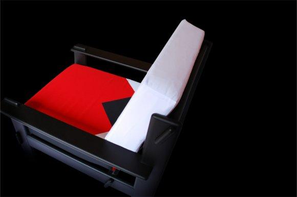 Poltrona con cuscini reversibili. Le grafiche cambiano colore a seconda del lato, intercambiabili e abbinabili a seconda del proprio gusto.