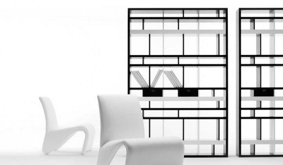 Libreria bifacciale Brick COSTRUZIONI FORMALI – Una griglia completa di spazi. La libreria bifacciale Brick è solidità allo stato puro, una fitta trama di ripiani e spalle tutta da riempire. L'alternanza di pieni e vuoti genera una griglia che suddivide lo spazio e lo esalta con la sua grande presenza scenica