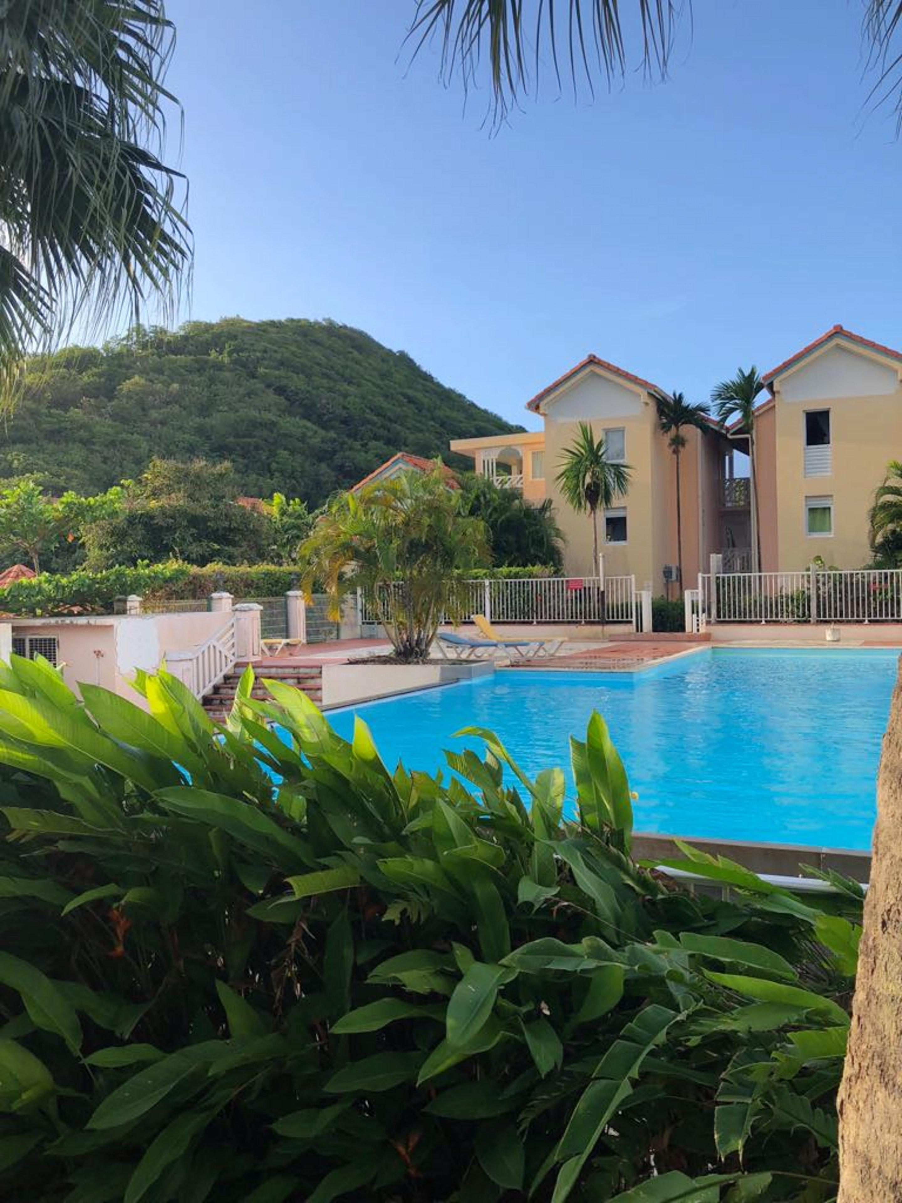 Wohnung mit einem Schlafzimmer in Sainte-Anne mit Pool und eingezäuntem Garten - 1 km vom Strand entfernt
