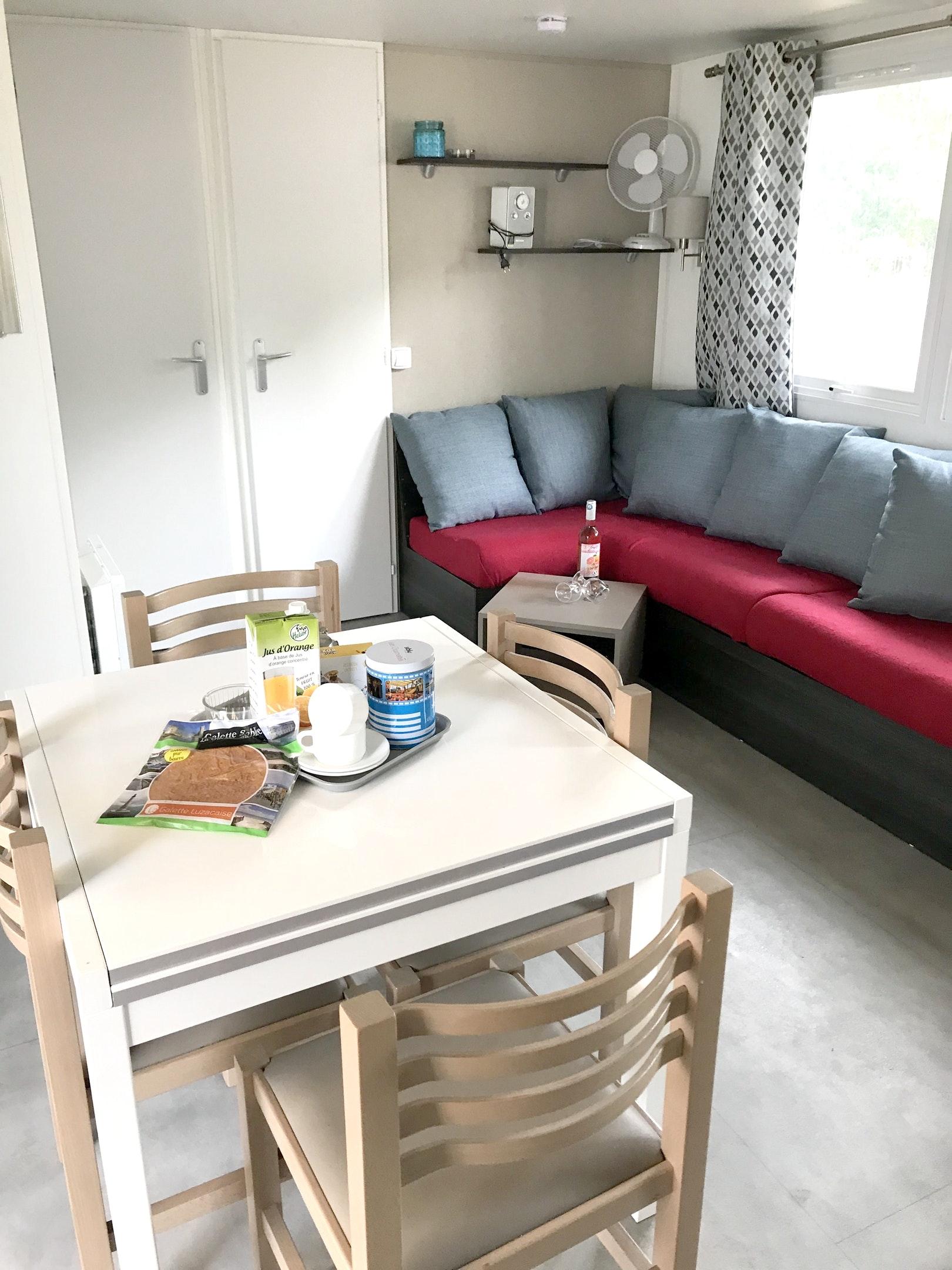 Bungalow mit 3 Schlafzimmern in Les Mathes mit Poo Hütte in Frankreich