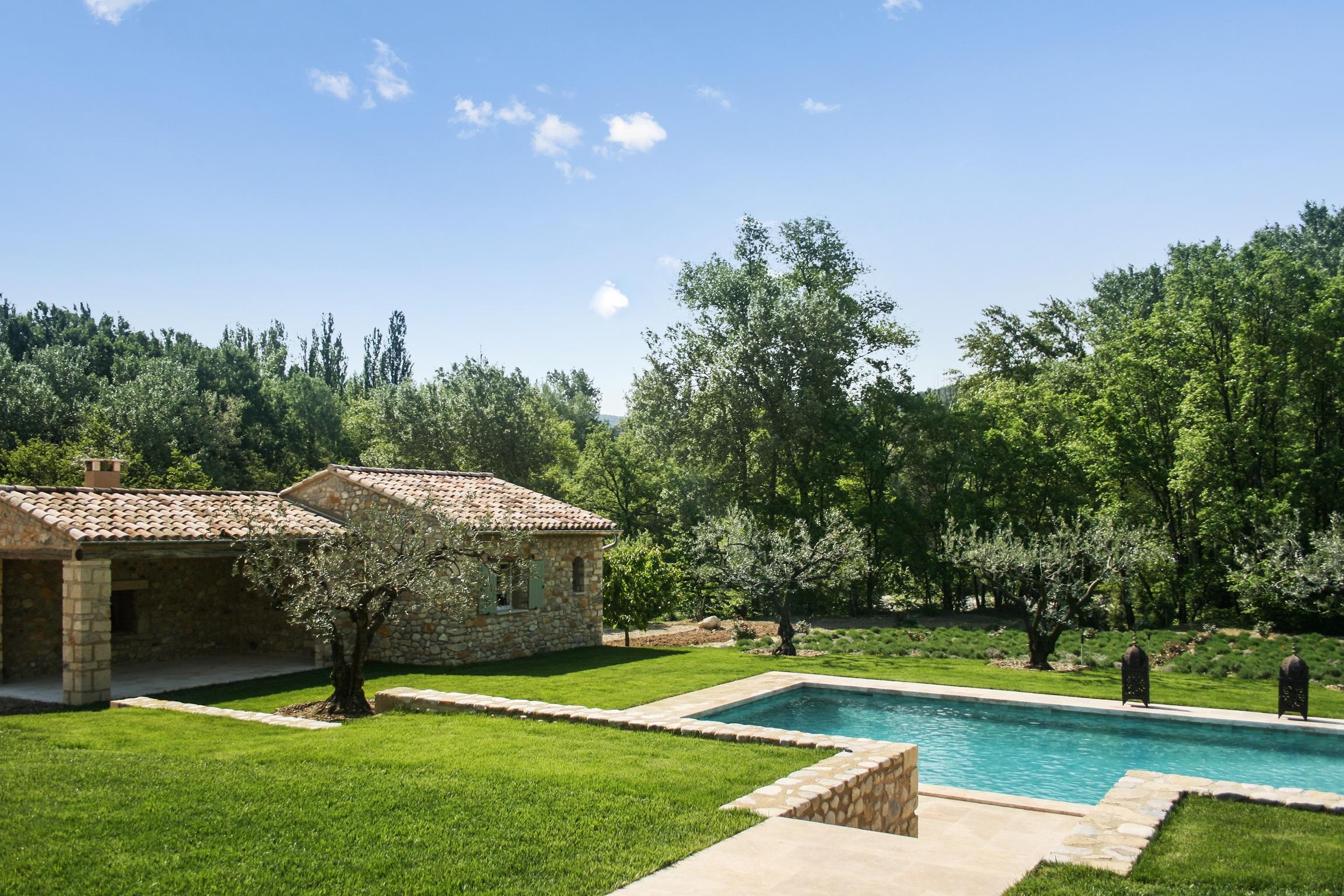 Gut Ausgestattete Villa Mit Pool Auf 4 Hektar Großem Grund, Umgeben Von  Wald Und Einem Fluss.