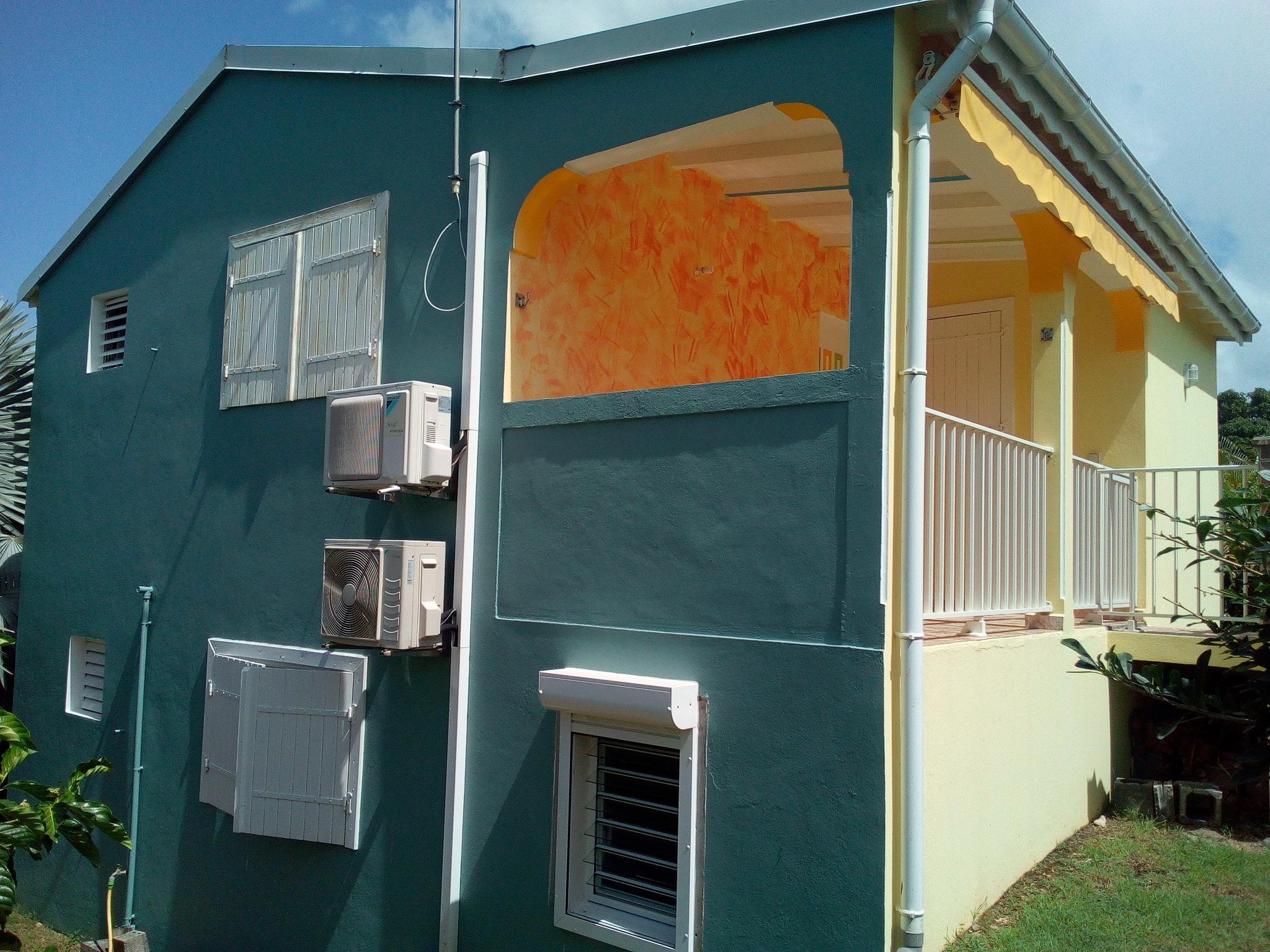 Bungalow mit einem Schlafzimmer in Sainte-Anne mit Hütte in Guadeloupe