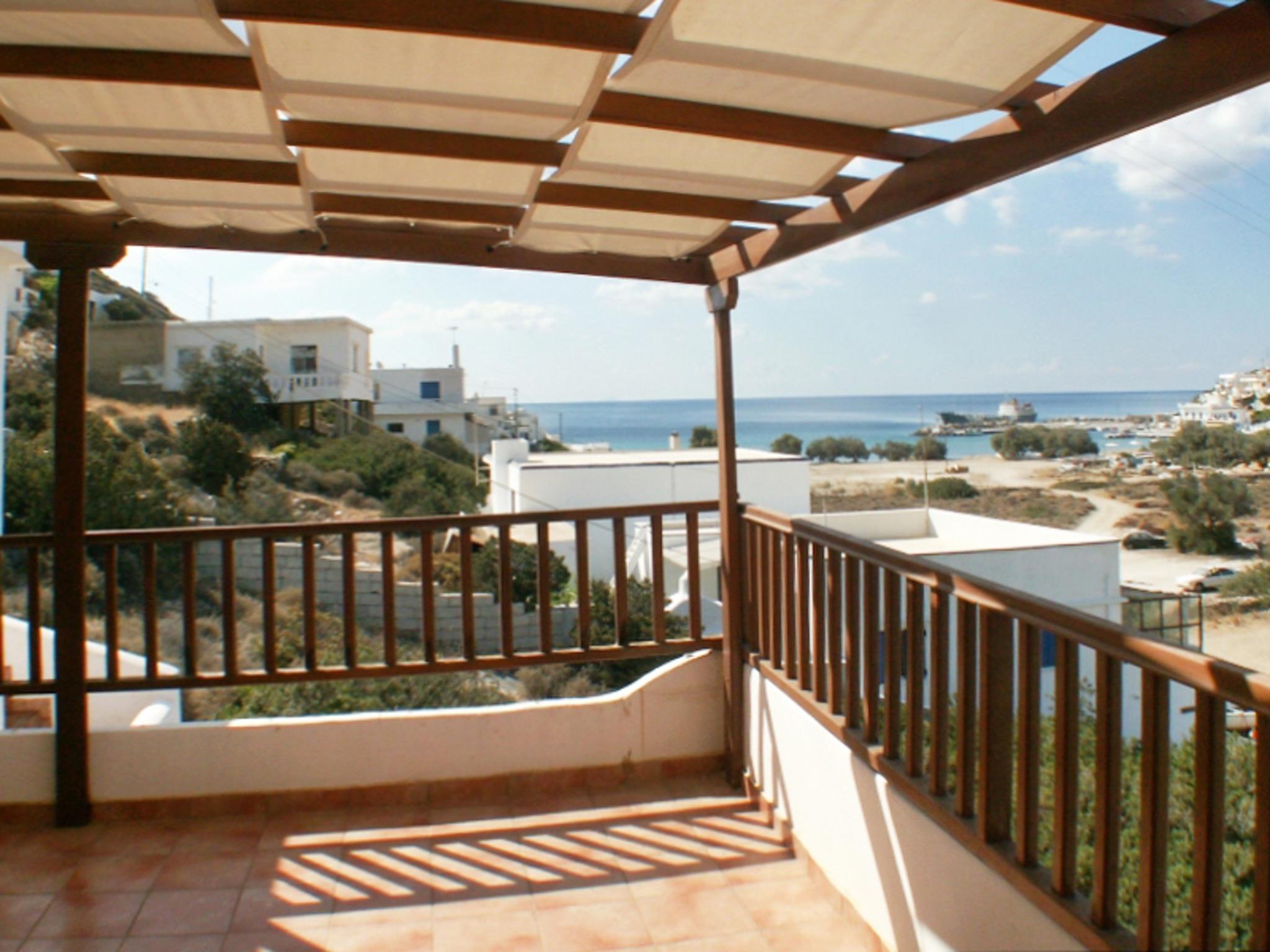 Sonnenüberflutetes Haus auf Sikinos in Griechenland mit Dachterrasse ...