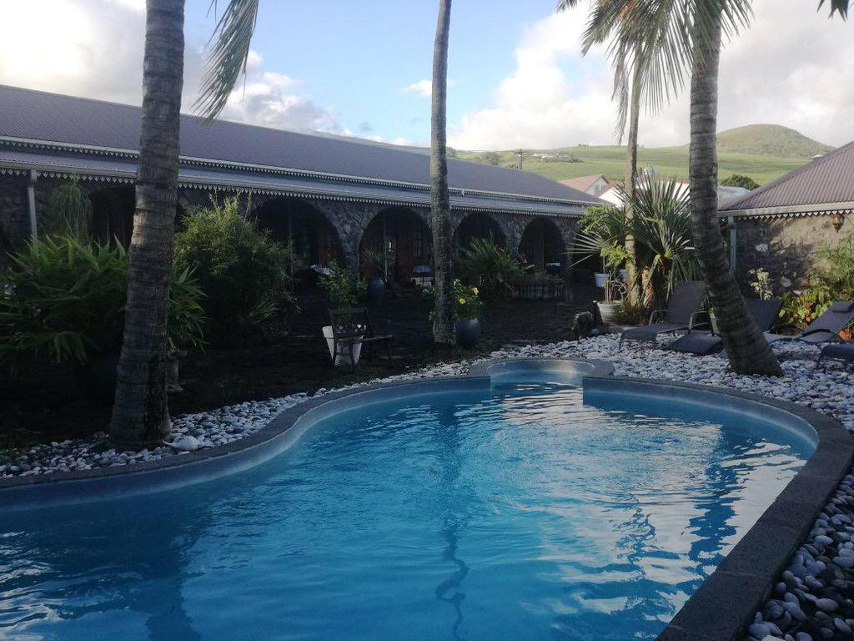 Bungalow mit 3 Schlafzimmern in Vincendo mit Pool, Hütte in Afrika