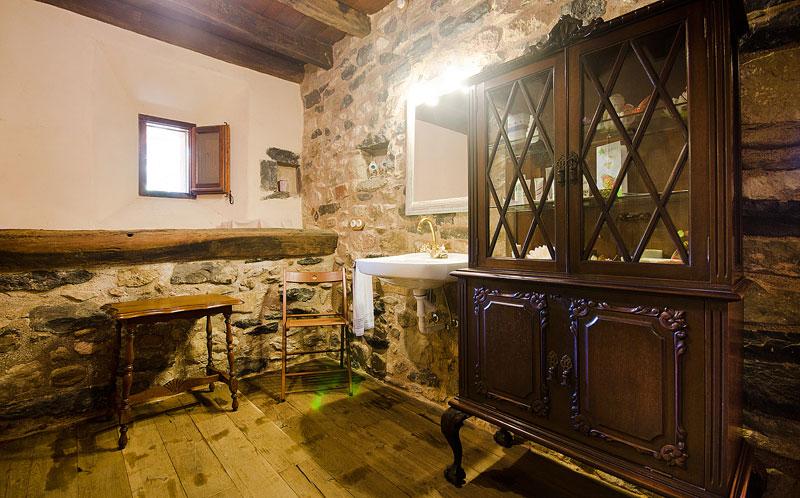 Masia-Restaurada-Cerca-de-Girona-Muebles