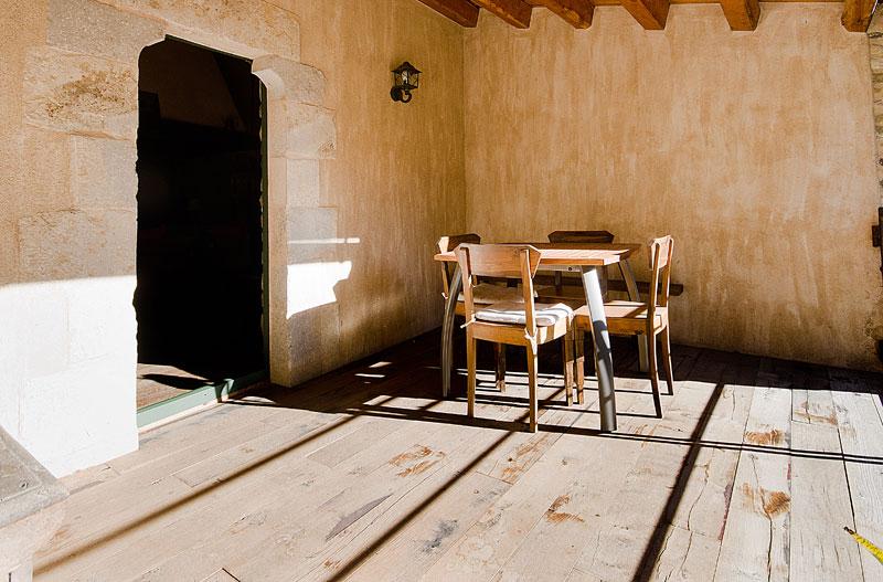 Masia-Restaurada-Cerca-de-Girona-Porche-Sillas