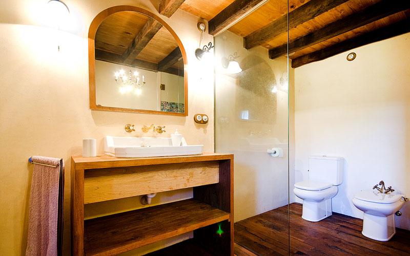 Masia-Restaurada-Cerca-de-Girona-Bano-Suite-2