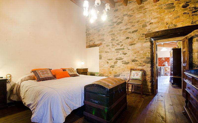 Masia-Restaurada-Cerca-de-Girona-Habitacion-3
