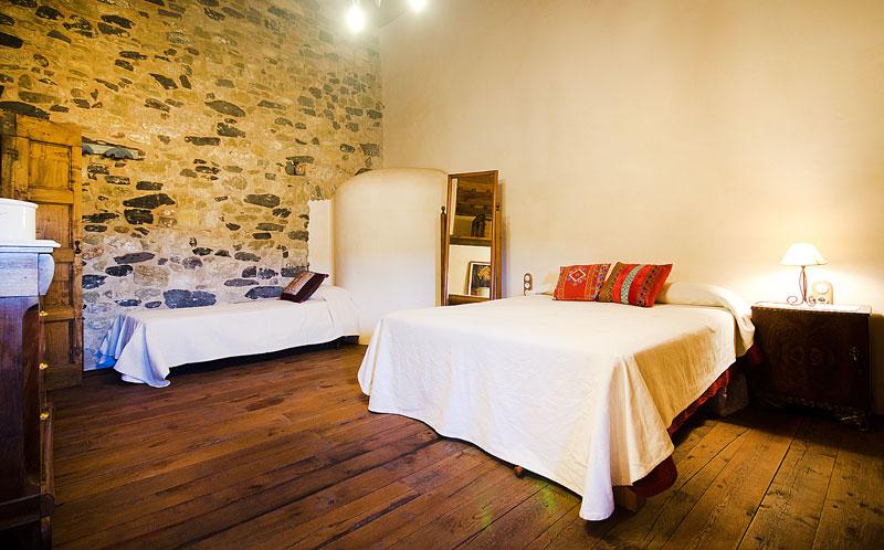 Masia-Restaurada-Cerca-de-Girona-Habitacion-completa