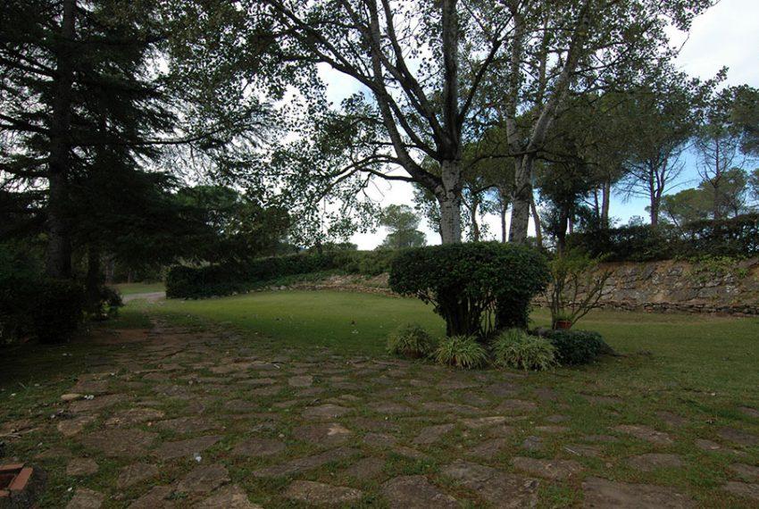 Masia-Rustica-con-Terreno-Jardin