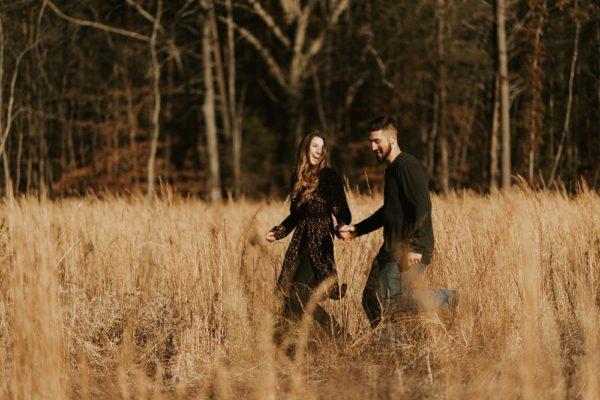 pareja corriendo en campo de maíz