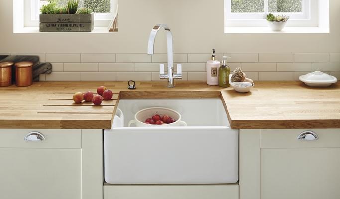 Fairford Antique White Kitchen | Shaker Kitchens | Howdens Joinery