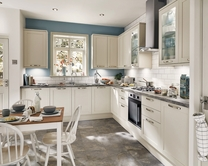 cabinets in kitchen greenwich shaker ivory kitchen shaker kitchens howdens 13149
