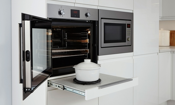 Pull-out worktop runners provide extra worktop space, perfect for putting down pans on their way to and from the oven.