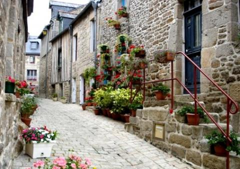 La Belle Maison, close to medieval market towns