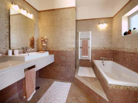 One of the full en-suite bathrooms