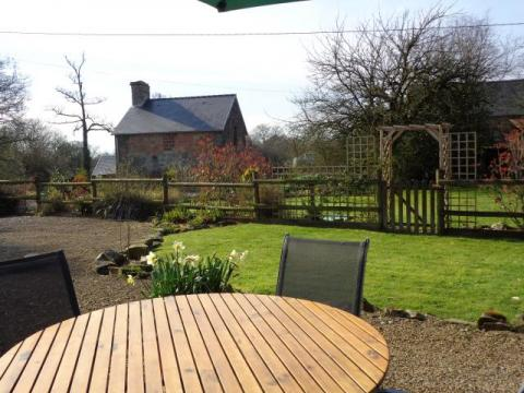Private Parking & Garden with Patio, BBQ, Table+Chairs, Parasol