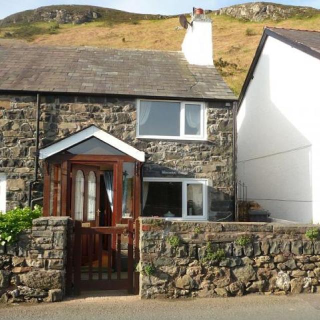 Quaint Welsh Cottage - village setting