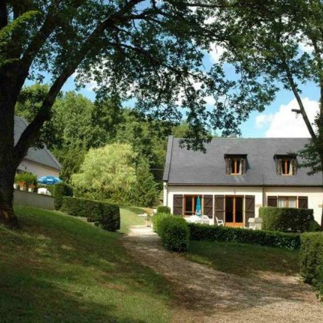 Cottage Gite   Shared heated pool.  BBQ , no lets, sleeps 4  Linnen provided. 5 mins walk to village , bar restaurant