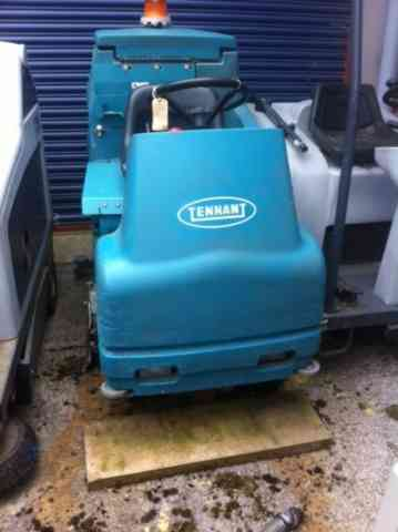 Tennant 7100 Ride-On Scrubber Dryer