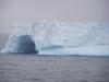 """Een van de drijvende ijsrotsen (met \""""walvisgat\"""")"""