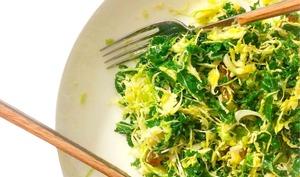 Salade de chou kale et chou de bruxelles au comté