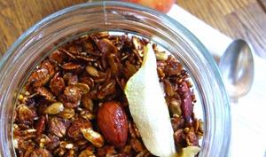 Granola à l'amande, graines, pomme et cannelle