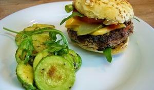 """Hamburger buns """"maison"""" aux parfums de Provence et courgettes sautées"""