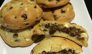 Cookies aux pépites de chocolats noir et blanc fourrés Nutella®