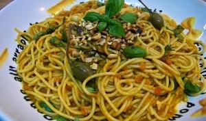 Spaghettis façon sicilienne au thon, câpres, piment et pissala