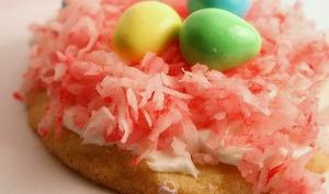 Macarons de Pâques, décor nid de Pâques et oeufs