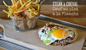 Plancha de Steak à cheval et cuisson de l'œuf au plat à la plancha