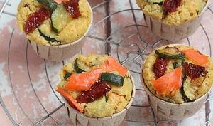 Muffins au saumon, courgettes et tomates séchées