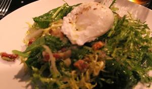 Salade lyonnaise, aux lardons, oeuf et croûtons aux pissenlits, dents de lion