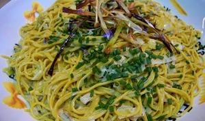 Spaghetti de quinoa au curry, crème d'échalotes et poireaux au cidre