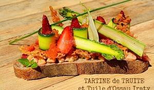 Tartine de ceviche truite, tuile d'Ossau-Iraty, fraises et légumes crus
