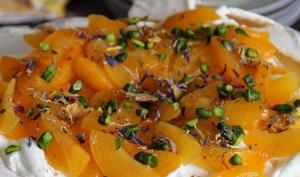 Pavlova abricots pistaches et sucre roux lavande et fleurs