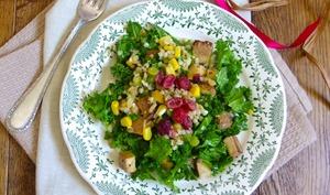 Salade de chou kale, tofu fumé, pois cassés et sarrasin