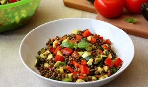 Salade de lentilles aux légumes et son oeuf mollet